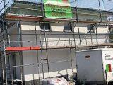 Unser Musterhaus ist eingerüstet und die Fassadenputzer sind am Werk